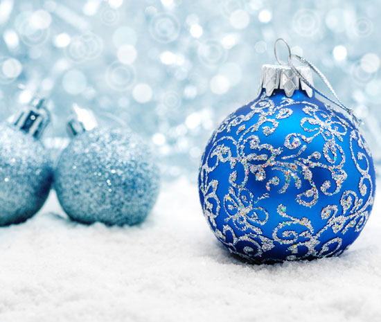 Blue-christmas-balls-macro-photography