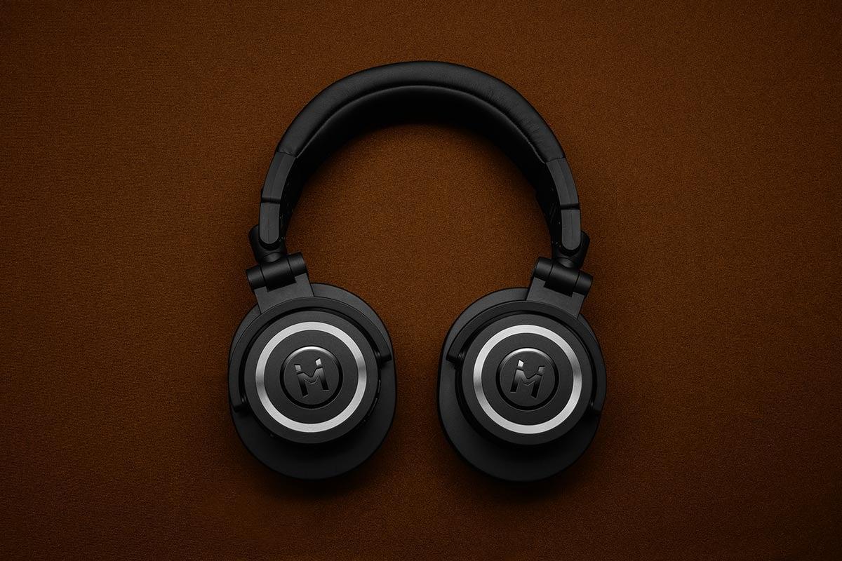 Free-Wireless-Headphone-Logo-Mockup-PSD-File-2